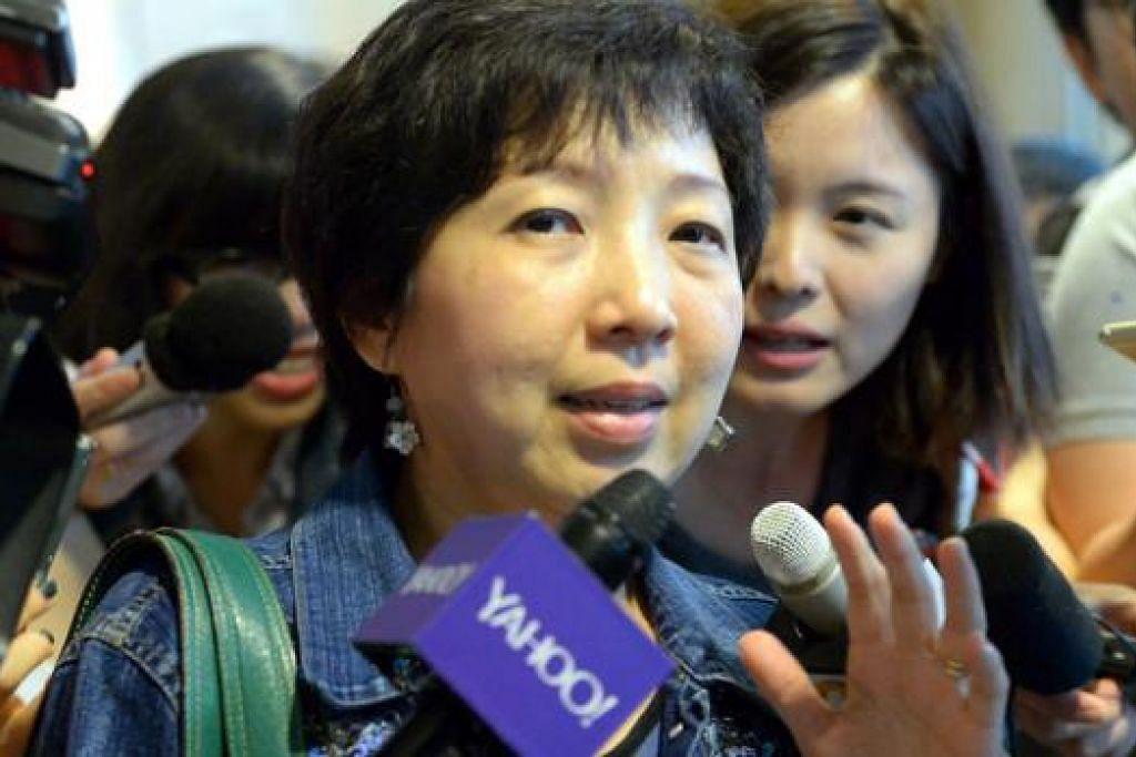 HILANG RAKAN: Seorang wanita yang tidak dikenali berkata empat rakannya berada dalam pesawat AirAsia yang dilaporkan hilang semalam.
