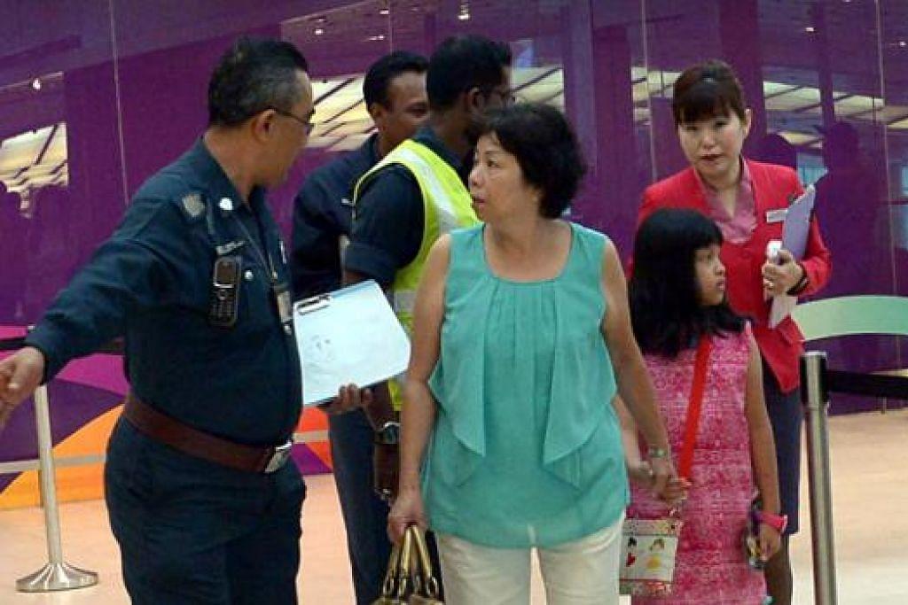 BERI SOKONGAN: Menurut CAAS anggota keluarga penumpang telah dihubungi. Mereka yang tiba di Lapangan Terbang Changi juga menerima bantuan dan sokongan daripada para pegawai yang ditugaskan di Ruang Menunggu Saudara-Mara atau RHA.
