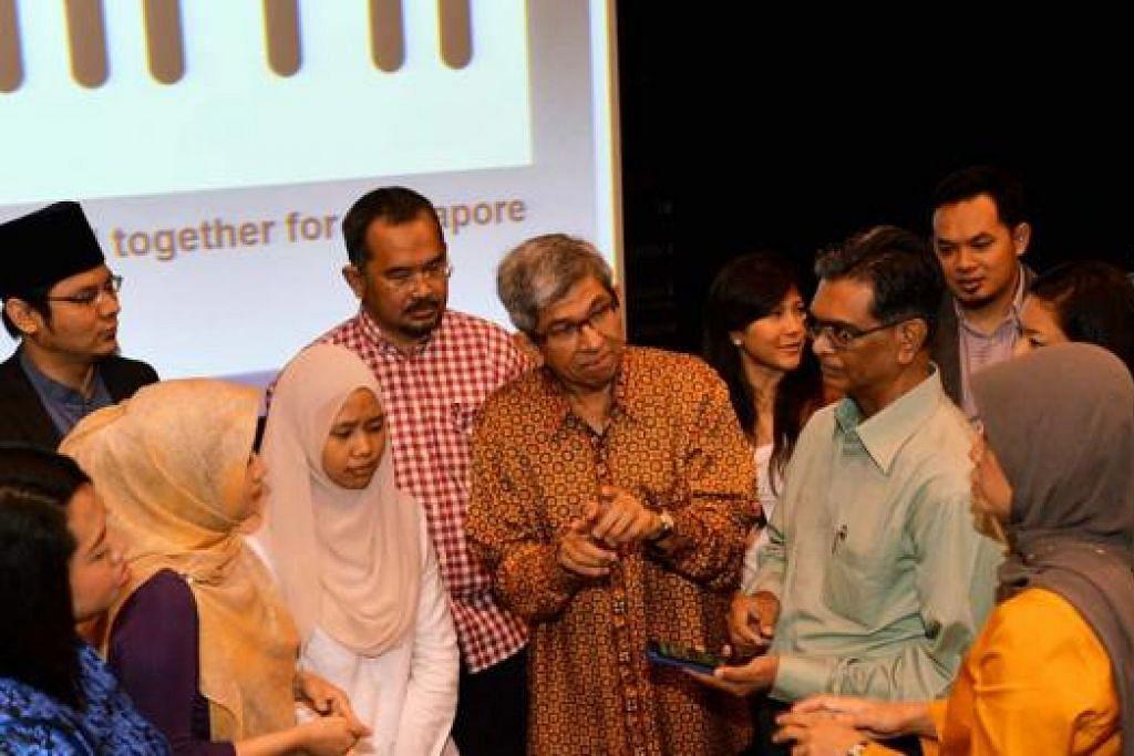 JAWATANKUASA SG50: Dr Yaacob Ibrahim menemui dan berbincang dengan anggota jawatankuasa SG50 Kita September lalu di Taman Warisan Melayu. Kumpulan tersebut akan menjadi wadah masyarakat Melayu menyumbang kepada negara. - Foto fail
