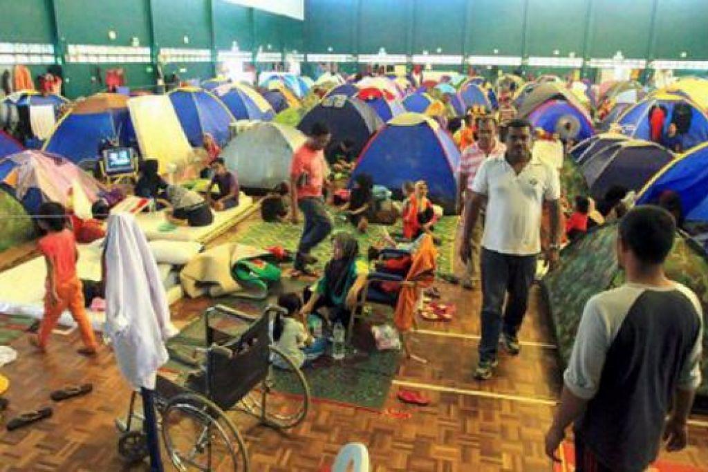 TEMPAT BERTEDUH: Seramai 1,175 mangsa banjir ditempatkan di pusat pemindahan Dewan MSN, Dungun. – Foto NSTP