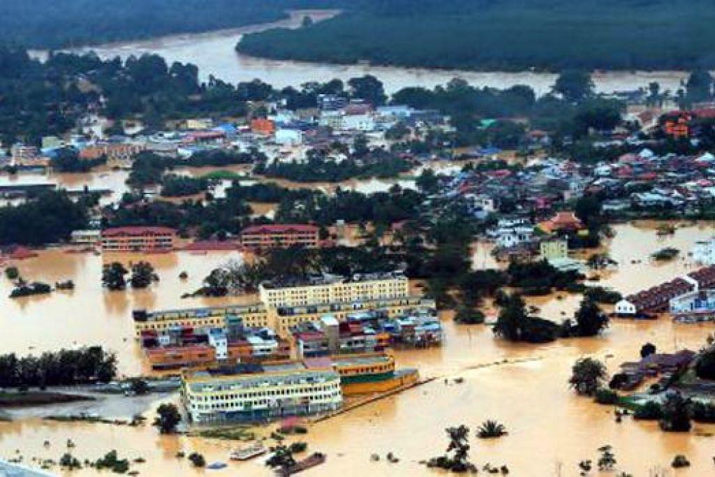 BANDAR TENGGELAM: Pemandangan dari udara menerusi helikopter di Bandar Kuala Krai yang di tenggelami banjir. – Foto BHM