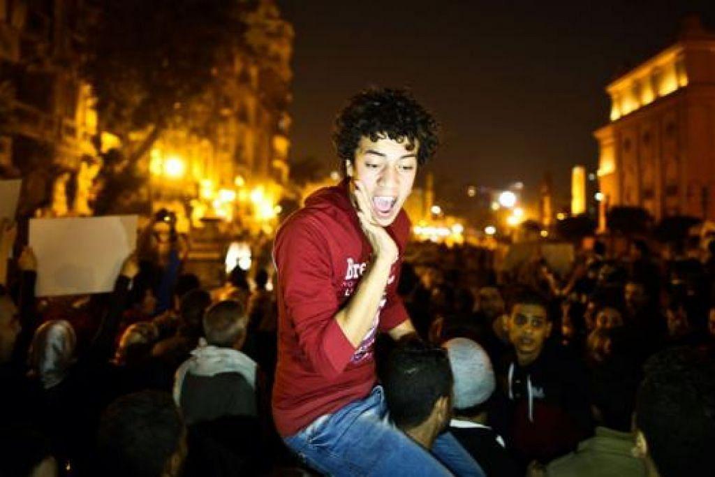 BANTAHAN DI TAHRIR: Golongan anti-Mubarak melaungkan slogan semasa berkumpul di Medan Tahrir di Kahirah bulan lalu membantah keputusan mahkamah yang menggugurkan dakwaan 'membunuh' ke atas bekas presiden Hosni Mubarak. - Foto AFP