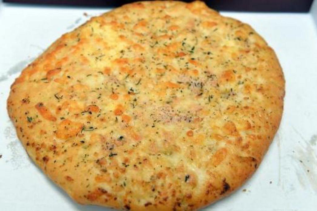 ROTI: Lebih banyak jenis roti seperti roti flatbread bawang putih keju ini boleh didapati dari Melvados. - Foto-foto M.O. SALLEH