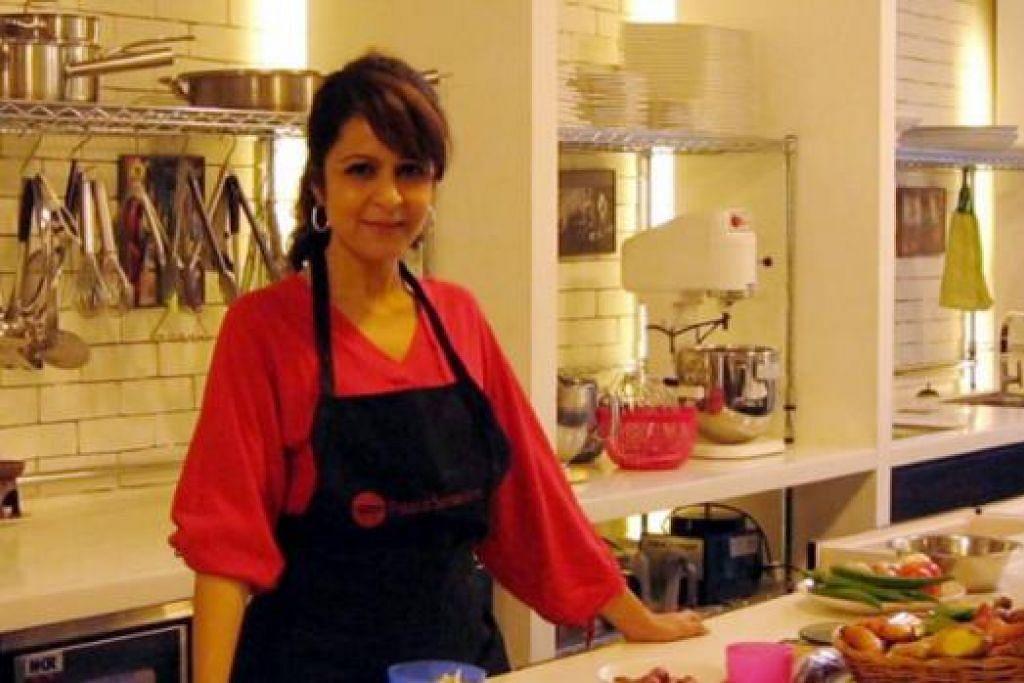 DAPURKU, DUNIAKU: Cik Liza banyak diundang mengendalikan kelas memasak dan menjadi pakar makanan Asia di New York. - Foto-foto ihsan LIZA KASSIM