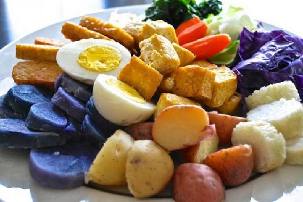 KENALI HIDANGAN MELAYU: Cik Liza Kassim mengajar pelbagai jenis masakan Asia kepada para pelajar di Amerika Syarikat. Antaranya ialah gado-gado yang mempunyai hirisan keledek ungu.