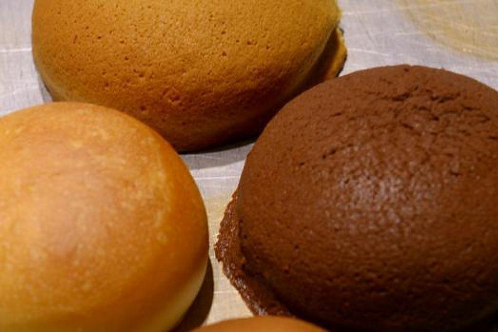 EMPAT PERISA: Inilah empat jenis ban berperisa kopi, mentega, bijirin dan coklat di kedai Roti Mum.