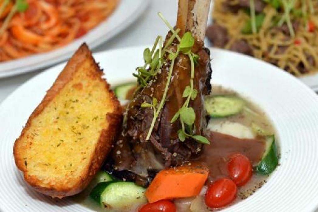 AMAT POPULAR: Hidangan paha kambing ditumis-reneh ('braised lamb shank') diminati golongan muda, meskipun baru sahaja diperkenal alam menu kafe.