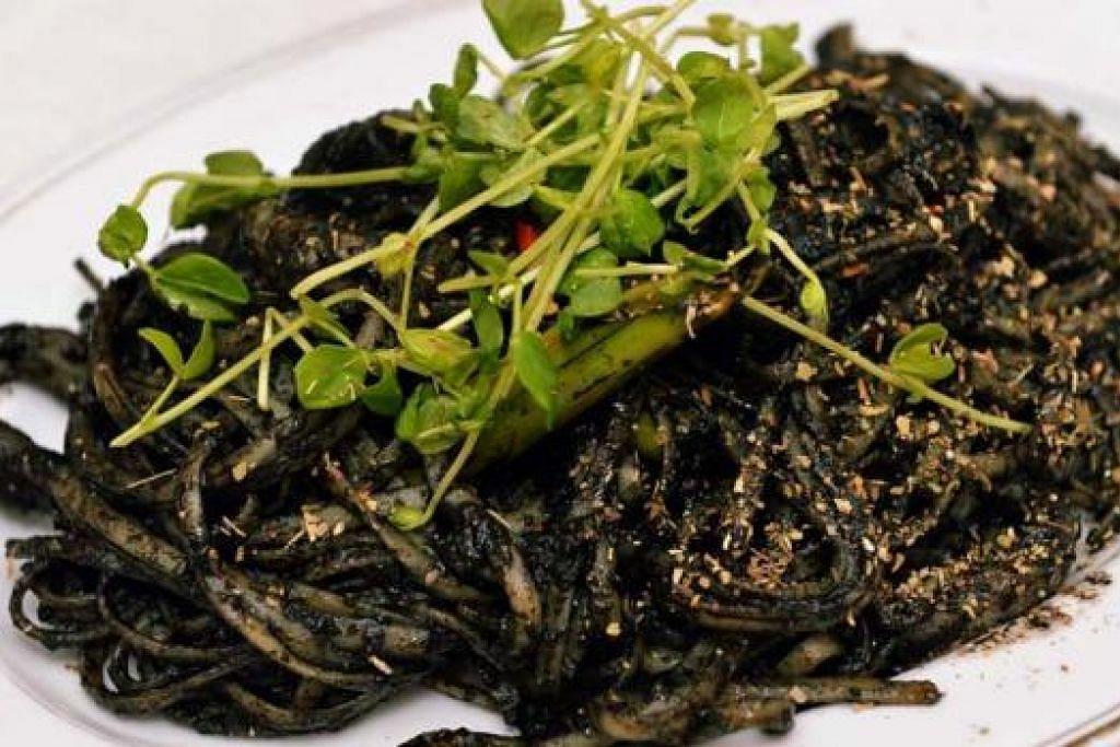 NERO DE SEPIA: Kalamari (sotong) yang dimasak dengan bawang putih dan minyak zaitun.