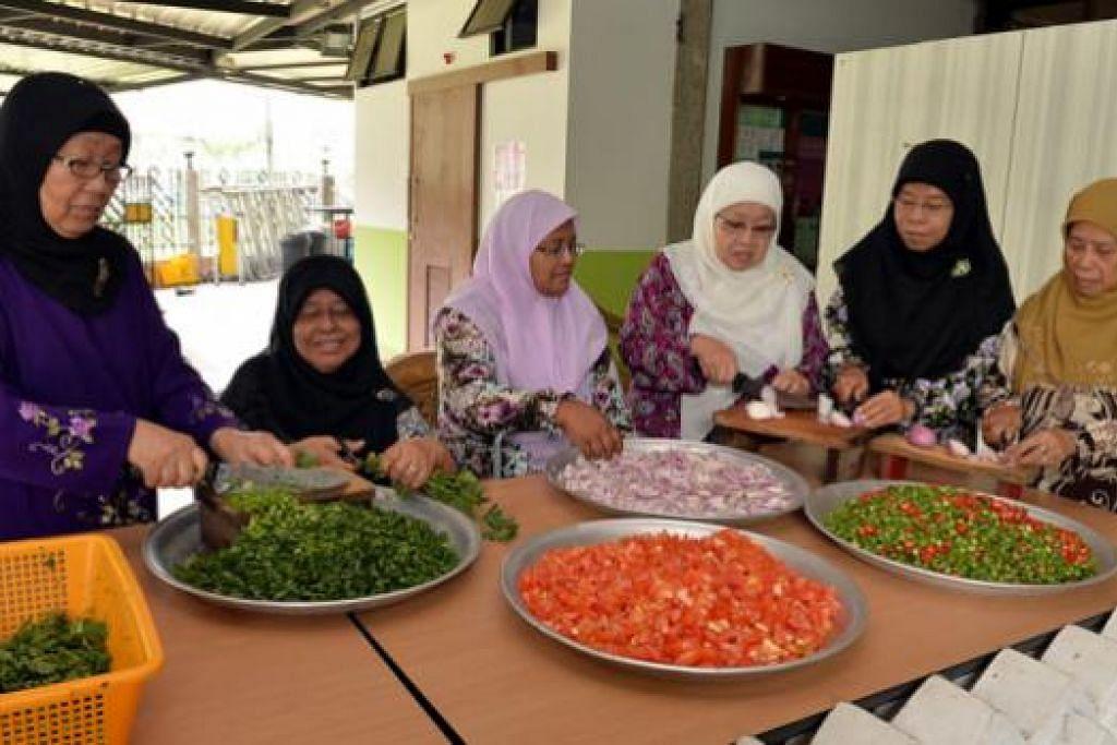 GOTONG-ROYONG: Kaum wanita menyiapkan bahan sayur-sayuran untuk bubur Asyura. Mereka ialah (dari kiri) Cik Fatimah Simen; Cik Kamariah Md Mia; Cik Zuraidah Shariff; Cik Beda Sahad; Cik Rafeah Haji Haron dan Cik Hariah Awang. - Foto: M.O. SALLEH