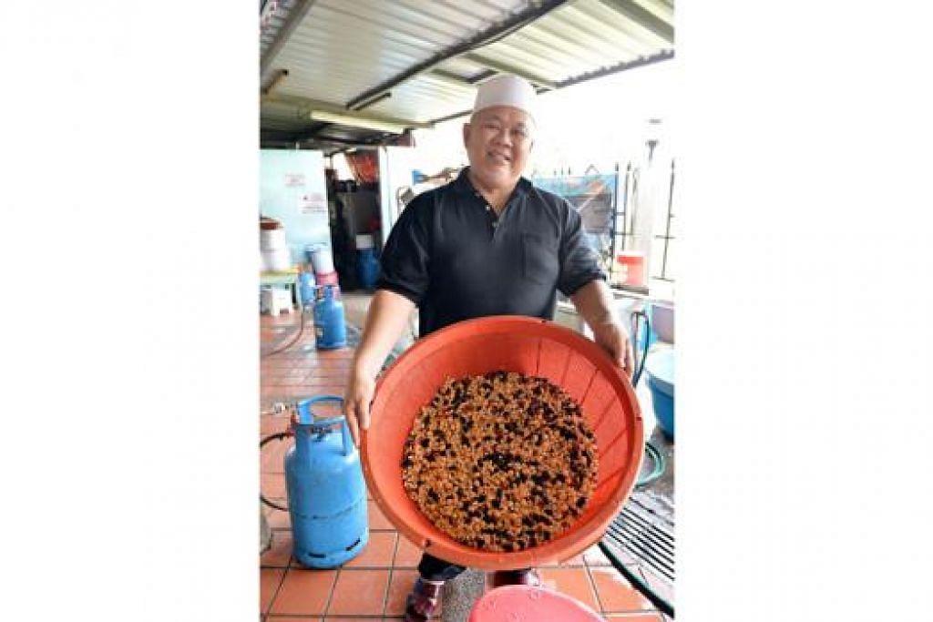 SUDAH BERSIH: Imam Masjid Darul Aman, Haji Zainol Abidin Ahmad, menunjukkan 10 jenis kekacang yang sudah dicucinya dan kemudian akan dimasukkan dalam beras untuk bubur Asyura. - Foto: M.O. SALLEH