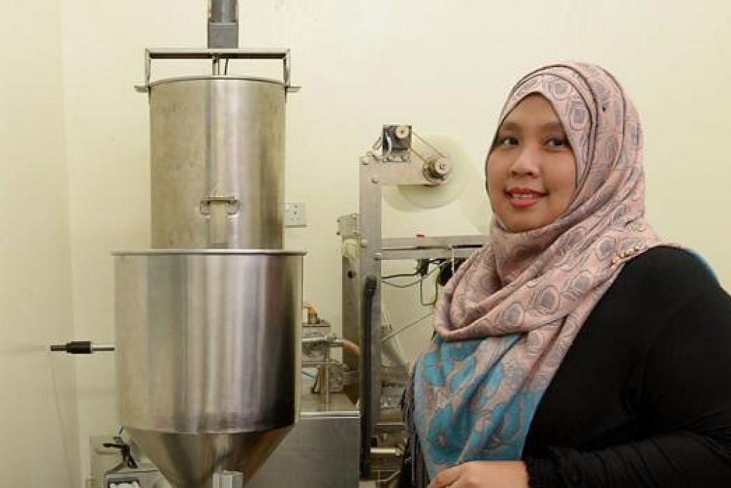 SERBA SEGERA: Cik Norhuda Rabani memanfaatkan kemudahan dua mesin automatik untuk menyediakan rempah segera berjenama 'Asyura Instant Paste' bagi memperluas perniagaannya. - Foto TUKIMAN WARJI
