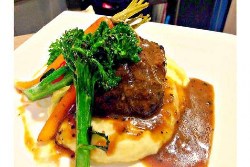 GRILLED TENDERLOIN: Daging batang pinang bersama sos lada hitamnya yang pekat dan berperisa dengan dimasak bersama kentang lenyek yang lazat dan sayur-sayuran.