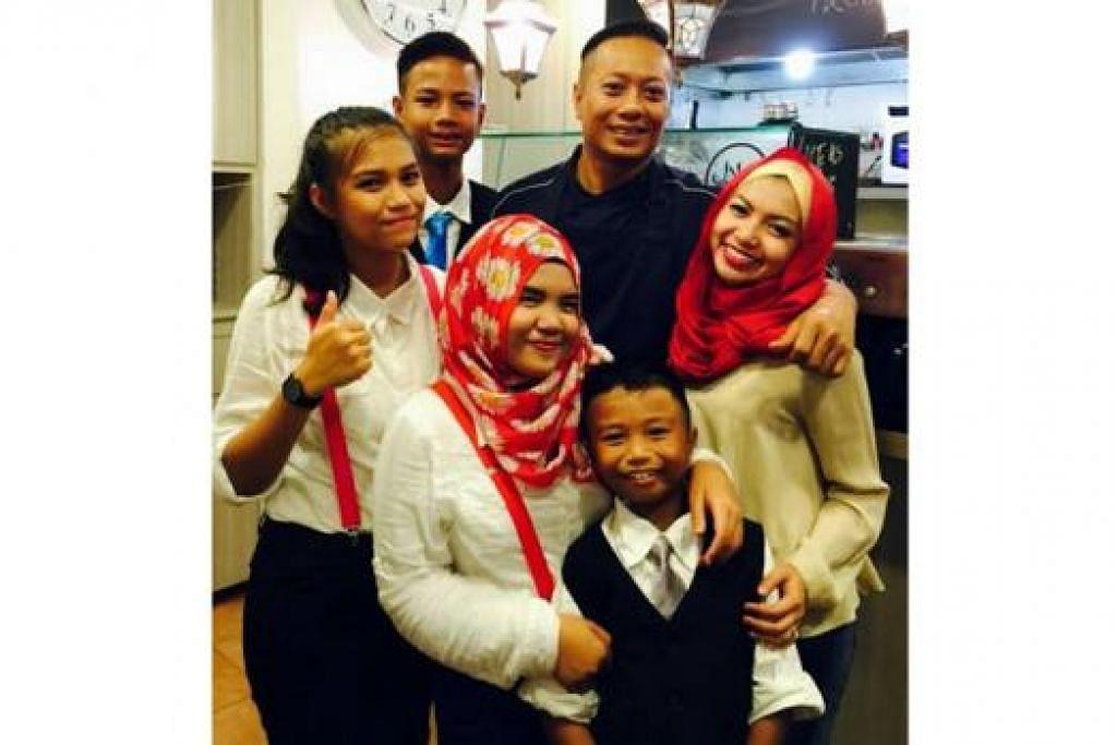 PUAS ADA KAFE SENDIRI: Cef Zali (tengah) gembira dapat mengendalikan restorannya dengan sokongan isterinya, Cik Faralizah (paling kanan), dan anak-anak.