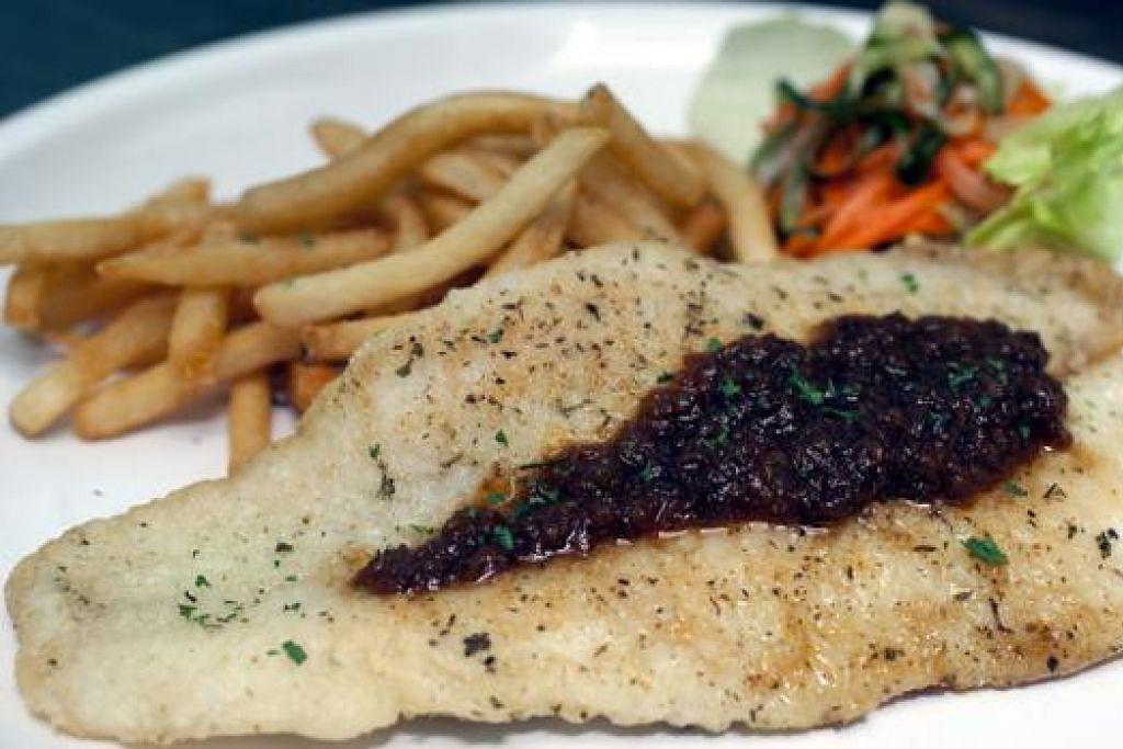 MAKANAN BARAT: Para penggemar ikan boleh mencuba ikan putih yang disajikan dengan sambal. - Foto FISH & CO