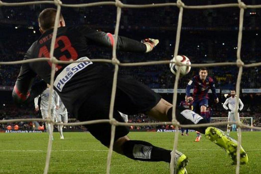 PALING PANTAS: Lionel Messi bertindak paling pantas bagi menyambar bola yang melantun ke arahnya setelah tendangan penaltinya diselamatkan penjaga gawang Atletico.