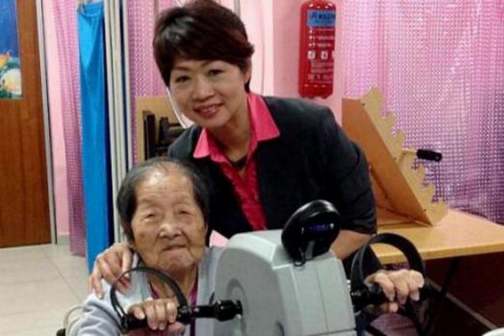 KHIDMAT HUJUNG MINGGU: Cik Yeow Ah Thong, bersama anaknya, Cik Tan Sok Meng, sedang menggunakan alat bersenam di Pusat Penjagaan Siang Hong Kah North - salah satu yang menawarkan jagaan hujung minggu. - Foto HONG KAH NORTH DAY CARE CENTRE