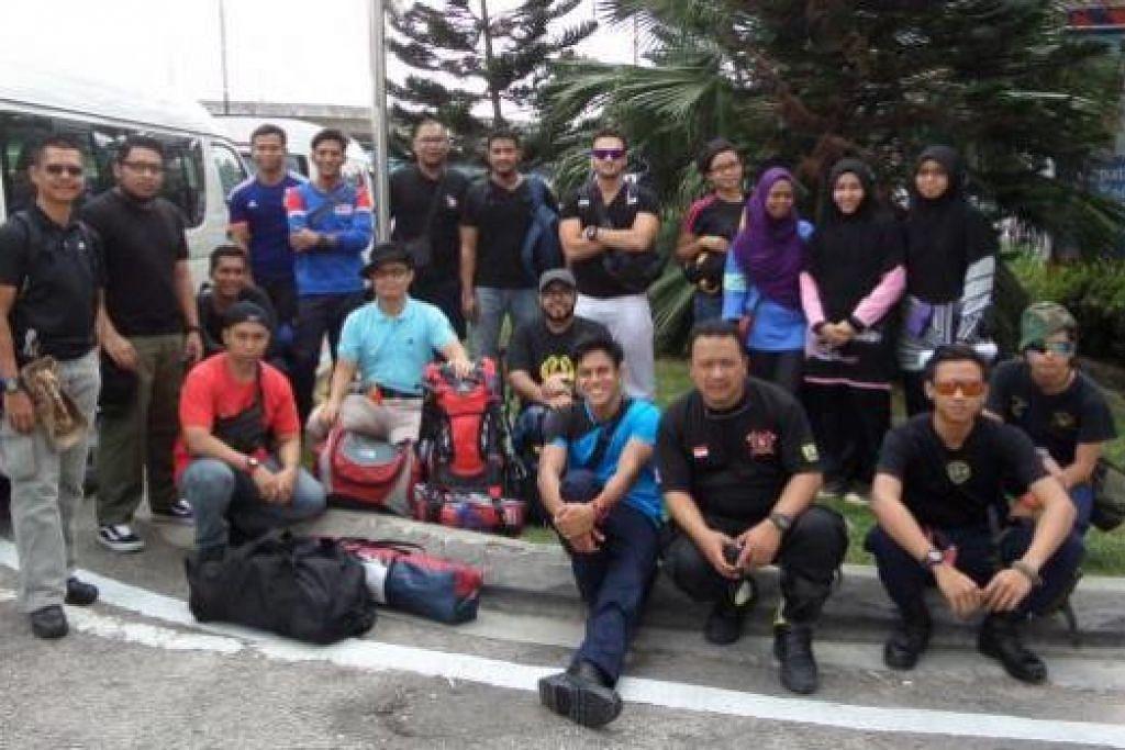 ATAS NAMA KEMANUSIAAN: Anggota konvoi sukarelawan dari Singapura bergambar sebelum bergerak ke Pahang dalam misi membantu mangsa banjir di negeri itu dan juga Kelantan. – Foto-foto ihsan ALIAS ISMAIL