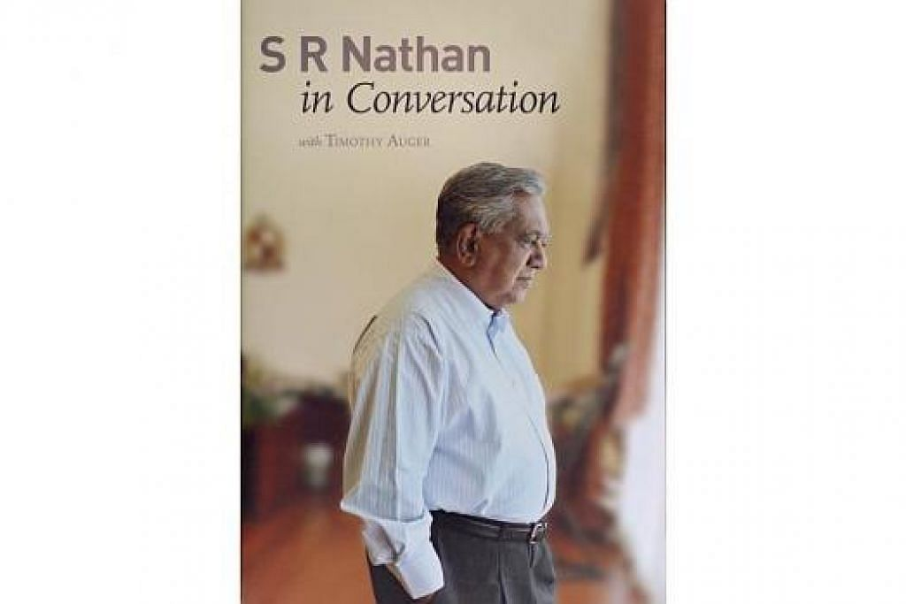 SESI TANDATANGAN: Tetamu yang hadir dalam majlis pelancaran buku Encik S R Nathan, 'S R Nathan in Conversation' (gambar), pada Isnin lalu berpeluang mendapatkan tandatangan daripada Encik Nathan sendiri. – Foto-foto THE STRAITS TIMES