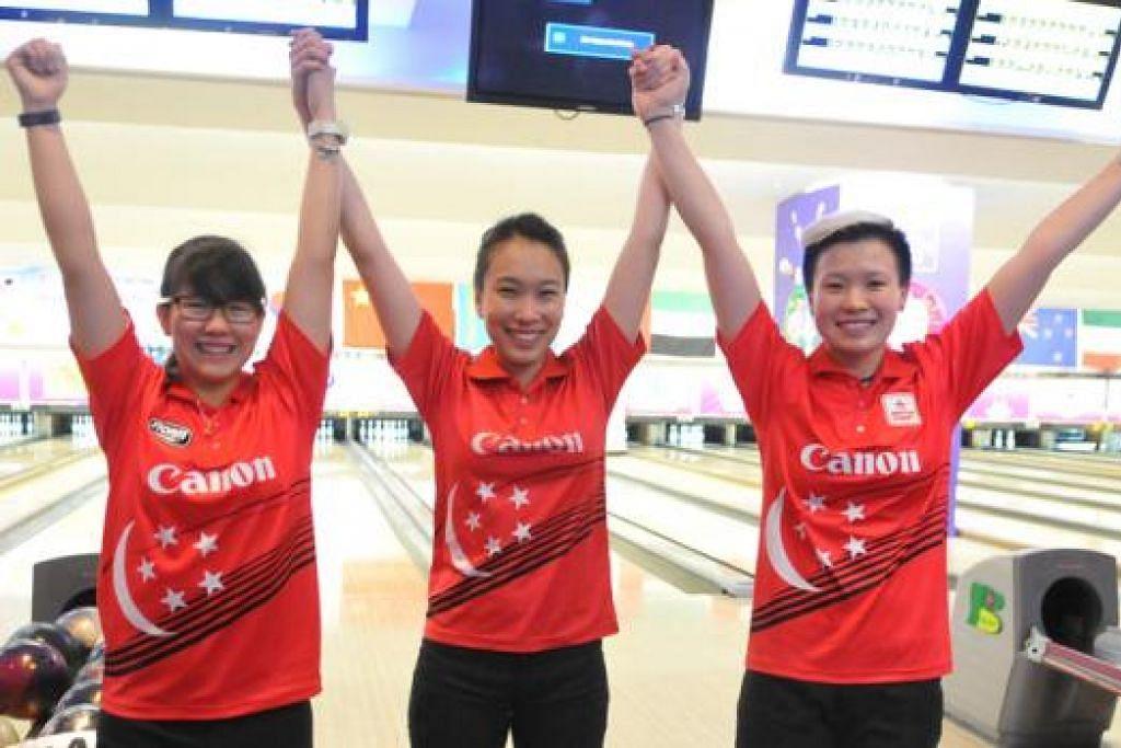 RAIH EMAS PERTAMA: Gandingan (dari kiri) Joey Yeo, Geraldine Ng dan New Hui Fen memenangi emas pertama Singapura di Kejohanan Bowling Asia Ke-23. - Foto TERENCE YAW
