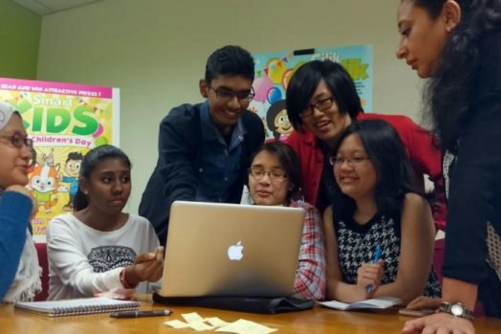 KAJI MAJALAH: Sekumpulan pelajar politeknik sedang berbincang dan menyarankan beberapa cara memperbaiki bahan majalah 'Cilik Cerdik'.