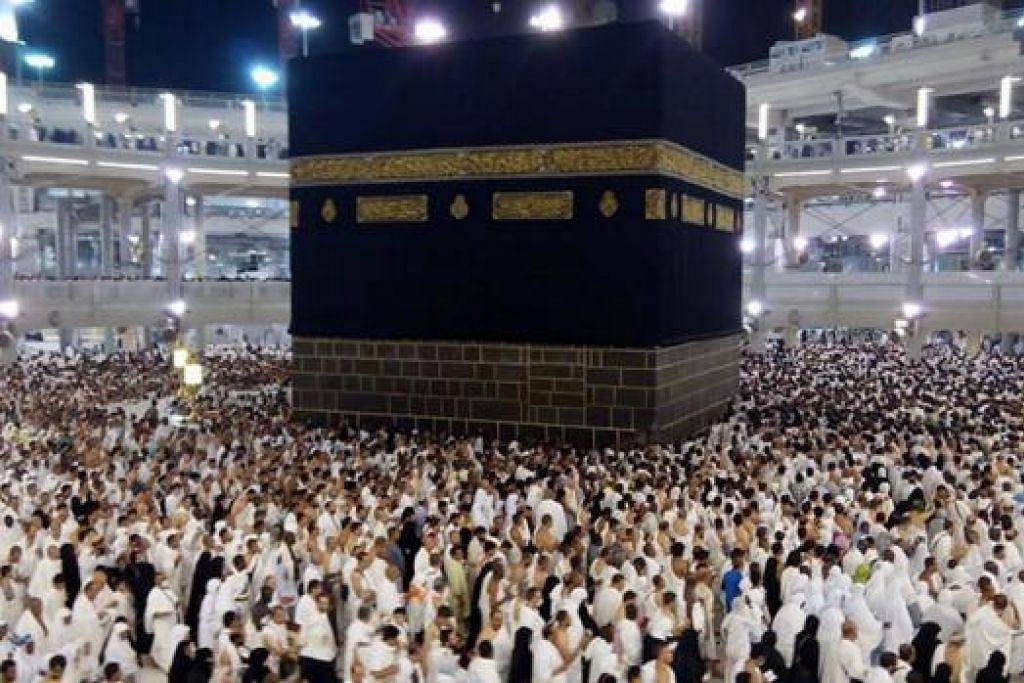 DIKUNJUNGI JUTAAN JEMAAH: Asalnya Kaaba tidak berbentuk kiub tetapi bujur kerana ada kawasan separa bundar yang dipanggil Hijr Ismail. - Foto fail