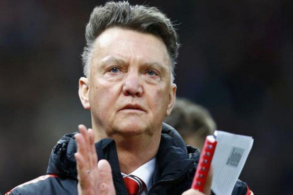 VAN GAAL: Jurulatih Manchester United ini dijangka mengekalkan bentuk permainan 3-5-2 - corak permainan yang membawa kemenangan kepada pasukan itu dalam perlawanan Liga Perdana England dengan Queens Park Rangers Sabtu lalu. - Foto REUTERS