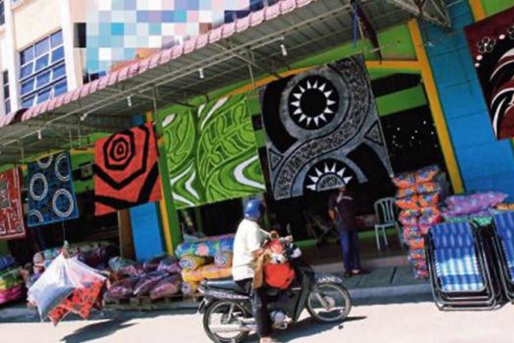 LITTLE PAKISTAN: Warga asing, terutamanya dari Pakistan, kini menguasai niaga permaidani dan perhiasan rumah di kawasan perniagaan berhampiran perhentian bas Ayer Hitam, Johor. - Foto BHM