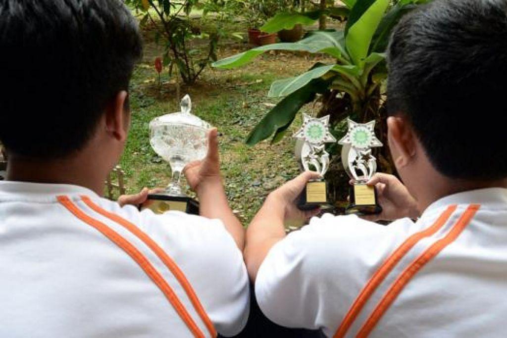PENCAPAIAN PENGHUNI DIRAI: Syahid (kiri) dan Zubair antara penghuni RKM yang diiktiraf atas pencapaian mereka di acara Hari Penghuni RKM semalam. - Foto JOHARI RAHMAT