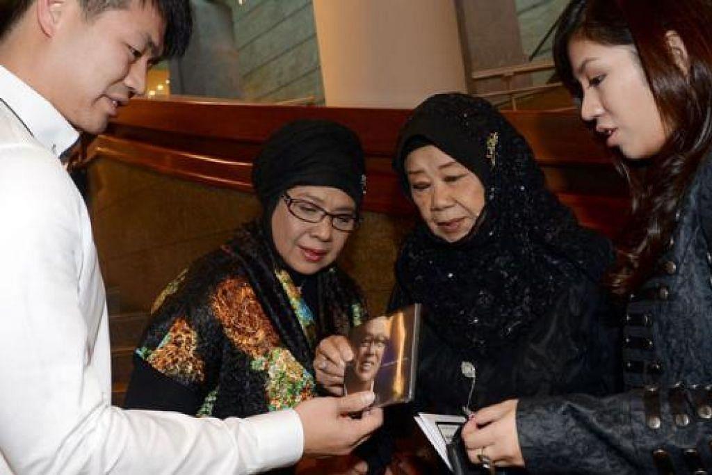 PENGHARGAAN BUAT ALLAHYARHAM: Anak Allahyarham Iskandar Mirza, Emil (kiri) dan Valerie (kanan); ibunya, Nona Asiah (dua dari kanan); dan Rahimah Rahim, hadir di konsert penghormatan Iskandar Mirza Ismail: A Memorial. - Foto TAUFIK A. KADER