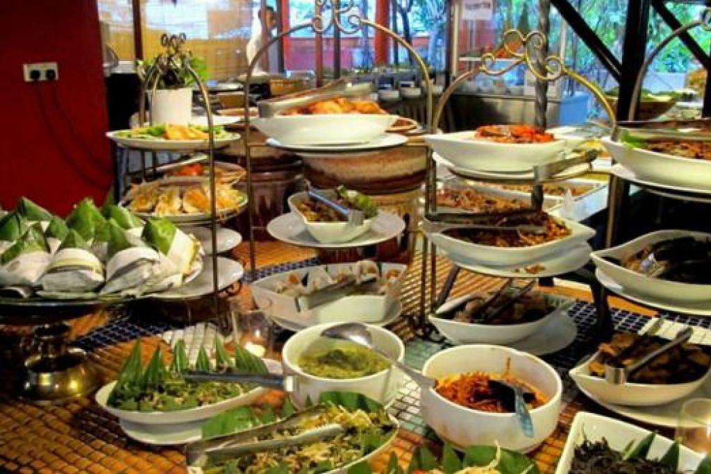 TERKECUR LIUR: Hidangan bufet yang disusun rapi menawarkan pelbagai jenis makanan termasuk nasi lemak bungkus (kiri) yang sudah pasti membuka selera.