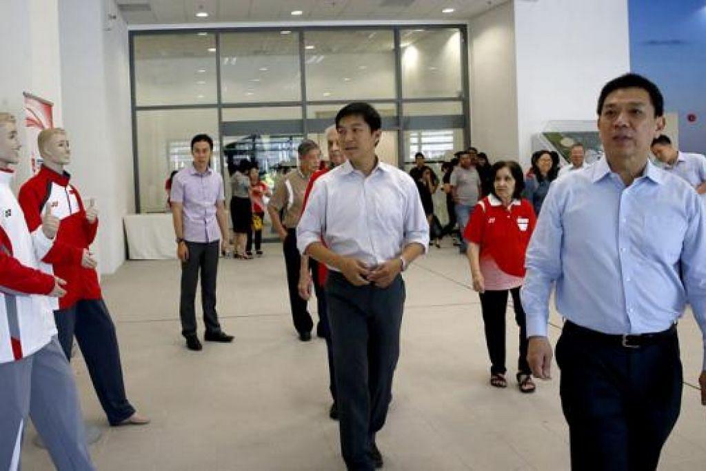 LANJUTKAN KERJASAMA: Yonex akan menaja pakaian atlit Team Singapore sehingga 2020, bermula di Sukan SEA Ke-28 pada Jun ini. Kededua pihak menandatangani perjanjian di Hab Sukan Singapura semalam, dengan Setiausaha Agung SNOC, Chris Chan (kanan), mewakili SNOC. Presiden SNOC, Encik Tan Chuan-Jin (tengah), menjadi saksi. - Foto THE STRAITS TIMES