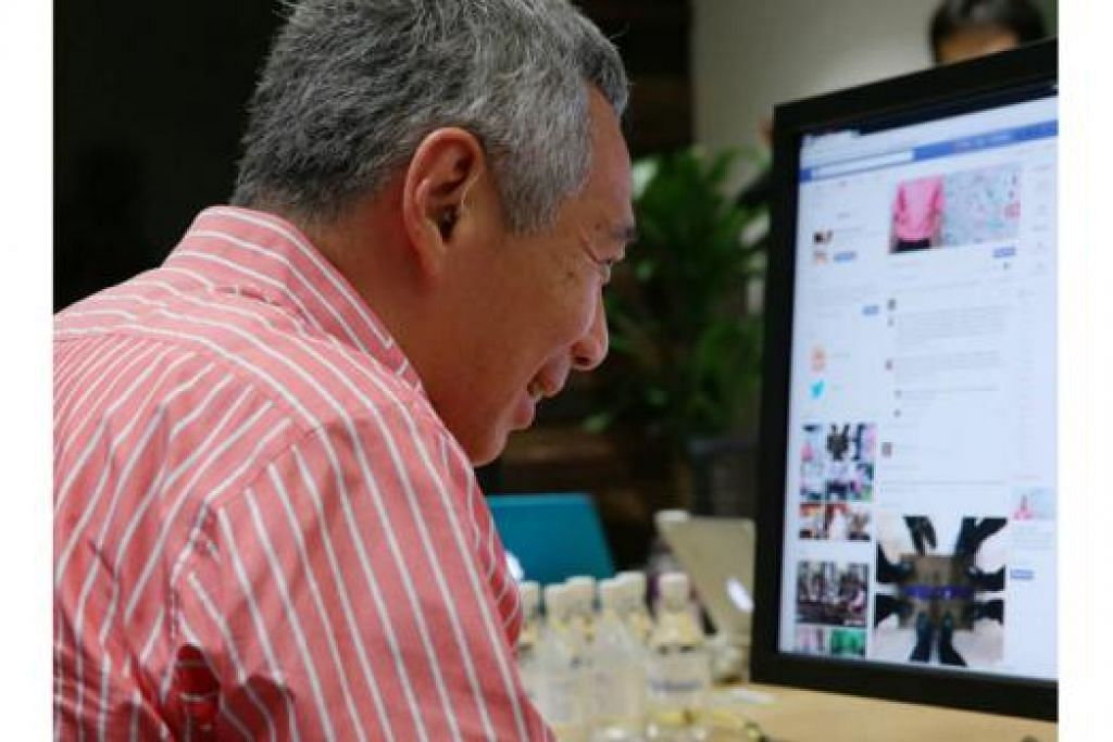 SEMBANG BERSAMA WARGA INTERNET: Encik Lee menaip sendiri respons kepada beberapa soalan yang dikirimkan dalam sesi sembang di Facebook. - Foto MCI.
