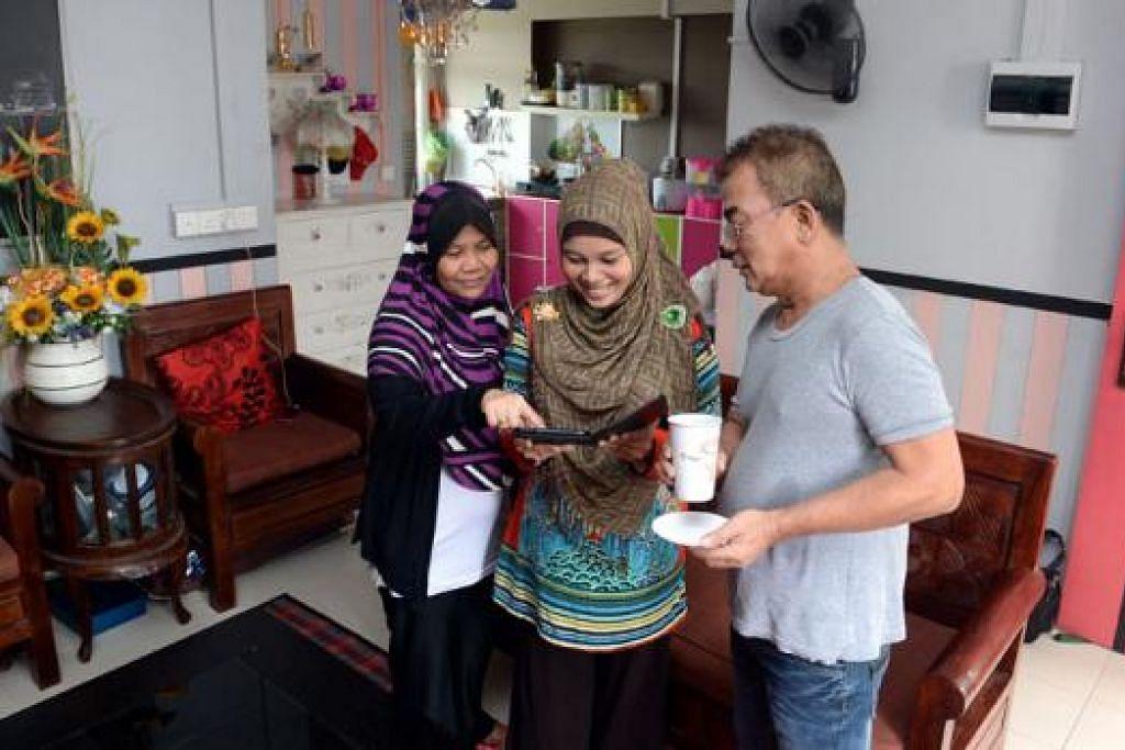 KELUARGA BESAR DI RUMAH DUA BILIK: Cik Nur Zurrain (tengah) ditemani ibu dan bapa mentuanya, Cik Marsita Mohd dan Encik Ramat Ahmad, semasa Berita Harian mengunjungi rumah dua biliknya baru-baru ini. - Foto-foto TAUFIK A. KADER
