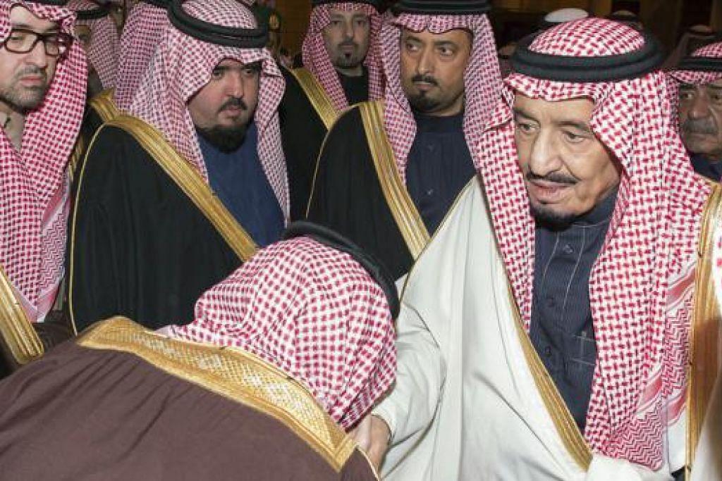 IKRAR SETIA: Penduduk Saudi menunjukkan ikrar setia mereka pada Raja Salman yang mewarisi takhta kerajaan Arab Saudi setelah pemergian Raja Abdullah. – Foto AFP