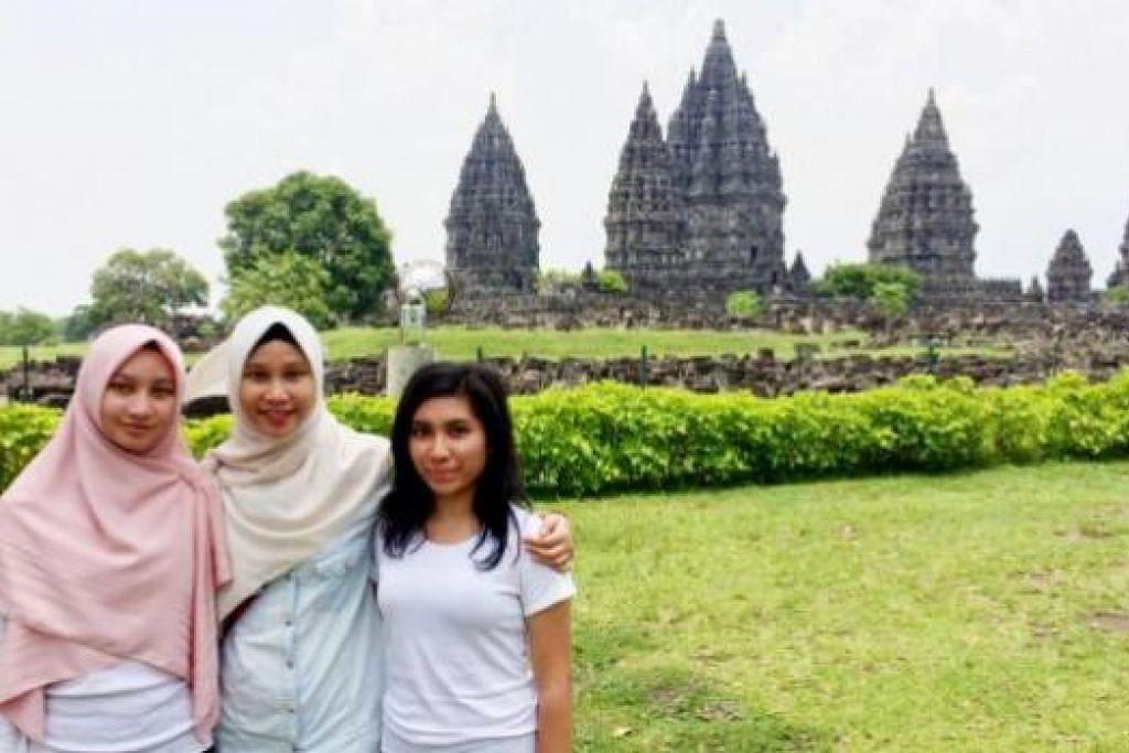 DI PRAMBANAN: Penulis (kanan) bersama dua rakan sedarjahnya (dari kiri), Sakinah Yusof dan Nur Syahirah Ruhazat, merakam kenangan berlatarbelakangkan Kuil Prambanan. - Foto-foto NABILAH Z.JAMARI