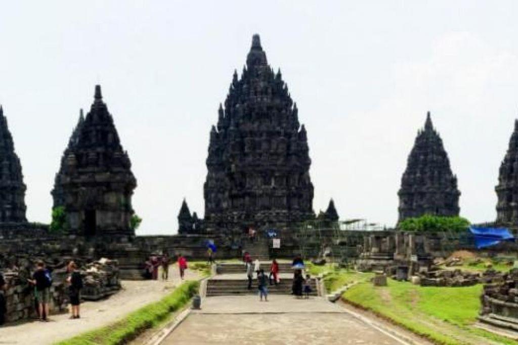 MEGAH BERDIRI: Dengan struktur yang tinggi dan megah berdiri, pemandangan Candi Prambanan sentiasa menarik perhatian pelancong. - Foto-foto NABILAH Z.JAMARI