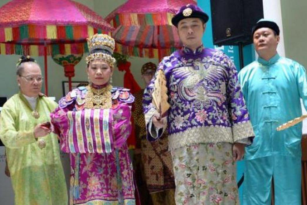 MUZIUM PERANAKAN: Singapura gigih melestari warisan kaum Cina Peranakan lewat muziumnya, pemuliharaan rumah warisan sehingga acara-acara drama dan pertunjukan mempelai. - Foto fail
