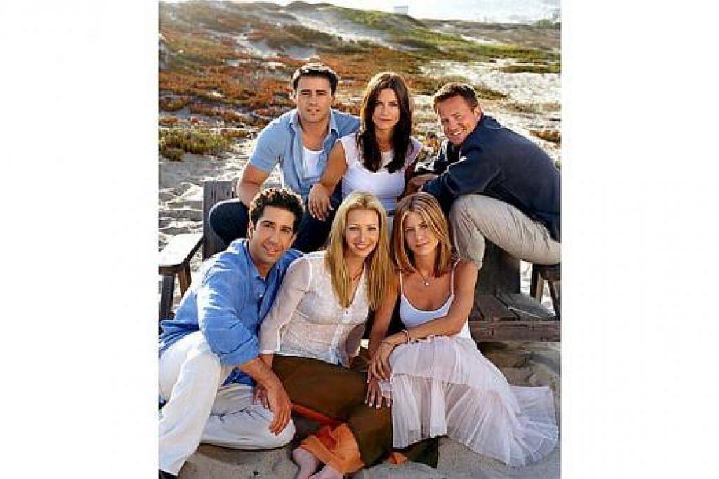 MASIH RAPAT: Pelakon drama komedi 'Friends' ini yang terdiri daripada (mengikut pusingan jam dari atas kiri) Matt Le Blanc, Courteney Cox Arquette, Matthew Perry. Jennifer Aniston dan David Schwimmer masih lagi rapat. - Foto NBC