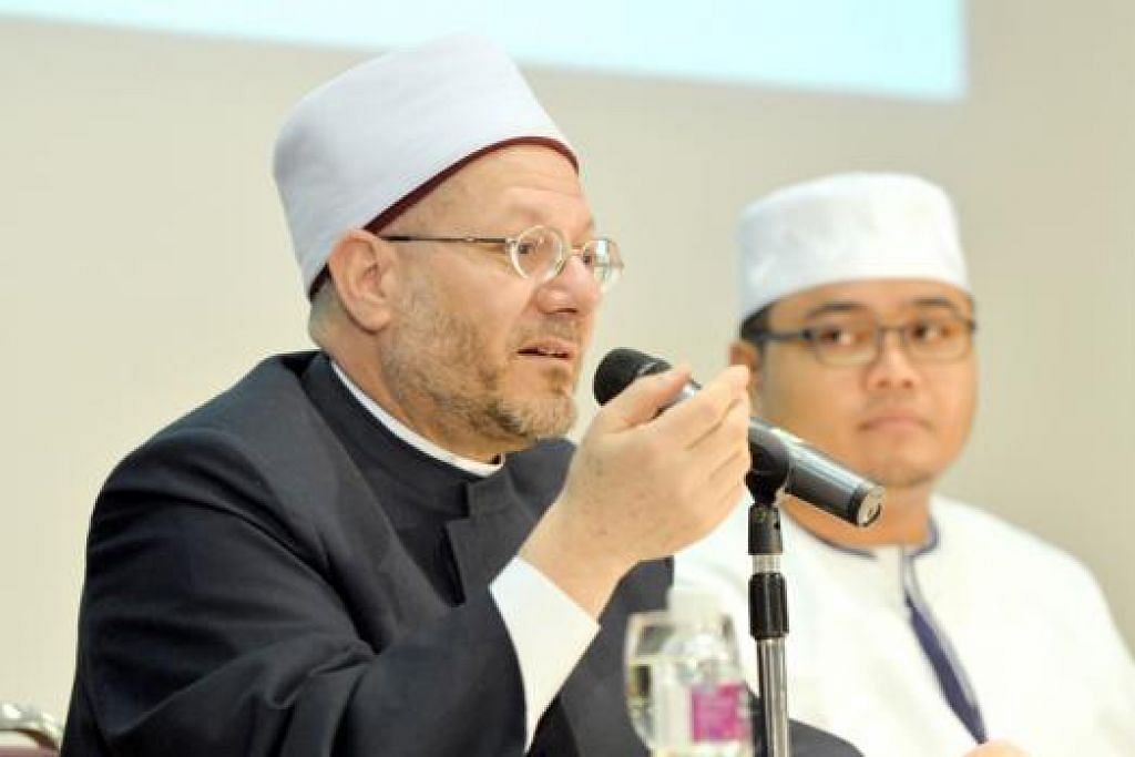 MAJLIS ILMU: (Dari kiri) Sheikh Dr Shawki menyampaikan ceramah dalam bahasa Arab yang kemudiannya diterjemahkan oleh Ustaz Hafizh Rapiee. - Foto KHALID BABA