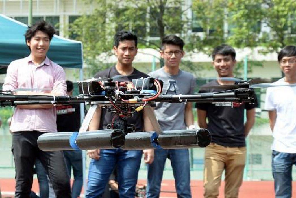 UAV BERJAYA DITERBANGKAN: Kumpulan lima pelajar kejuruteraan SP (dari kanan) Encik Kenny Chua, Syed Amir, Encik Joey Ng, Encik Zabidi dan Encik Toh Jing Han, bersama Kenderaan Udara Tanpa Pemandu (UAV) yang mereka cipta. . - Foto JOHARI RAHMAT