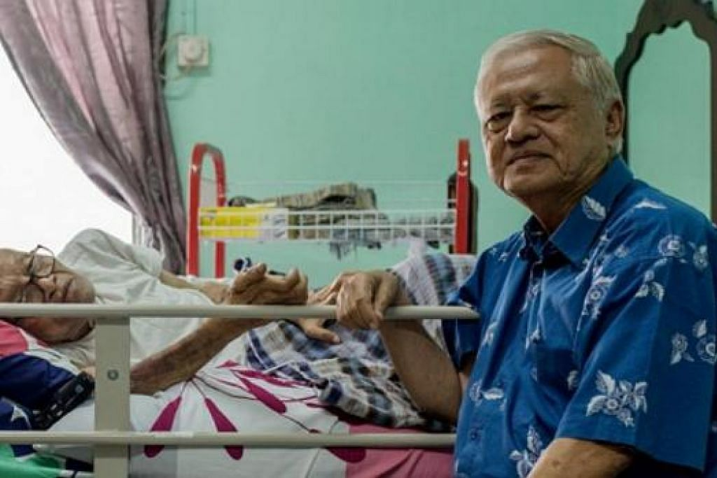 SAKIT TUA: Haji Mohd Yatim Dohon (berbaring di atas katil) diziarahi di rumahnya di Kempas, Johor, oleh Haji Wan Hussin Zoohri (kanan), mantan Presiden Lembaga Biasiswa Kenangan Maulud, baru-baru ini. - Foto IHSAN IBRAHIM TAHIR