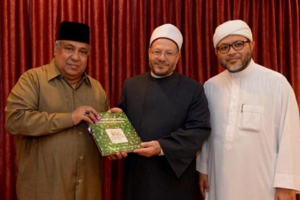 BERSAMA PEMIMPIN RRG: (Dari kiri) Ustaz Ali Haji Mohamed menyampaikan cenderahati kepada Sheikh Dr Shawki diperhatikan Ustaz Mohamed Hasbi Hassan. – Foto TUKIMAN WARJI