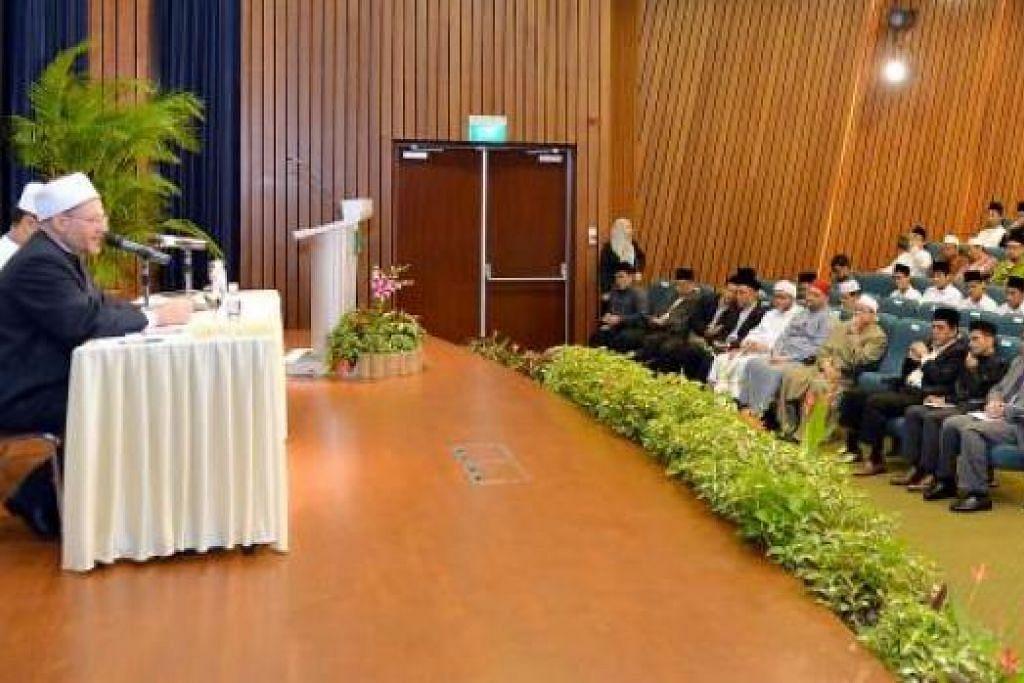 MAJLIS ILMU: Sheikh Dr Shawki menyampaikan ceramah di acara Seminar Asatizah. – Foto KHALID BABA