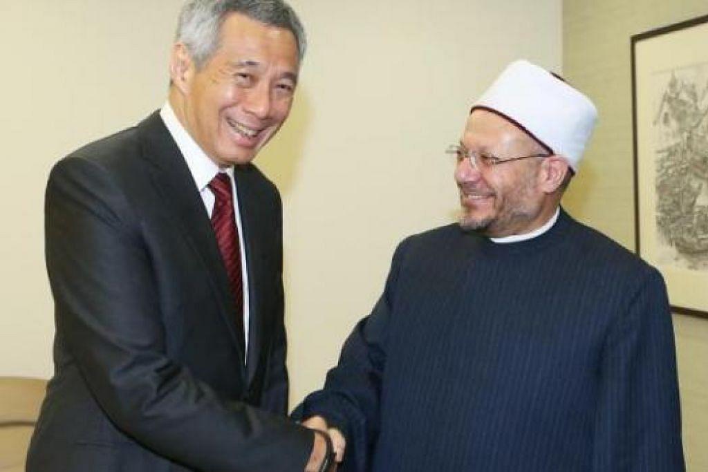 KUNJUNGAN MUHIBAH: Mufti Besar Mesir, Sheikh Dr Shawki Allam (kanan), menemui Perdana Menteri Lee Hsien Loong di Istana dalam kunjungan muhibah semalam. – Foto ZAOBAO