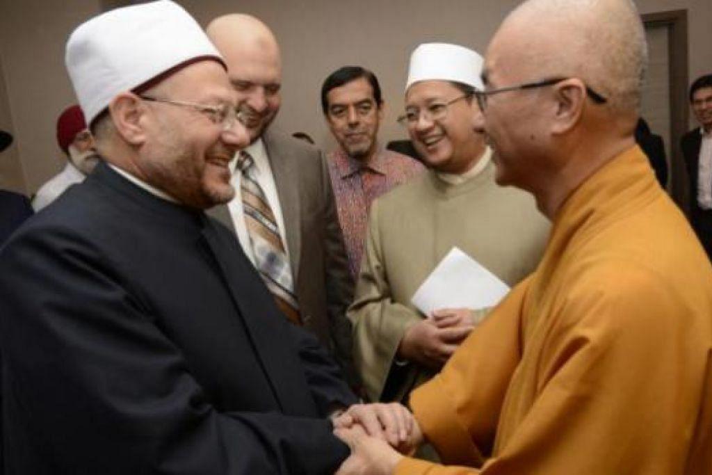 PEMIMPIN BERBILANG AGAMA: Sheikh Dr Shawki (kiri) berpeluang menemui pemimpin berbilang agama termasuk Venerable Sek Kwang Phing. Di belakang ialah (dari kanan) Mufti Dr Mohamed Fatris Bakaram, Haji Abdul Razak Hassan Maricar (Ketua Eksekutif Muis) dan Dr Ibrahim Negm (penasihat kanan Mufti Besar Mesir). – Foto MUIS