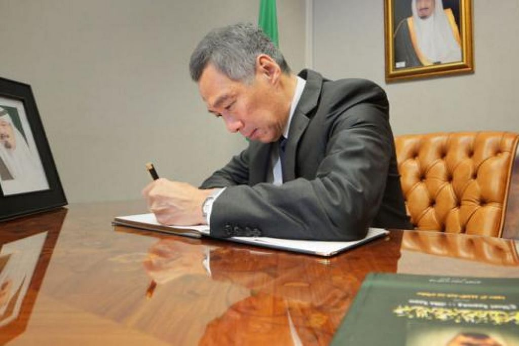 MENULIS TAKZIAH: Perdana Menteri Lee Hsien Loong menandatangani buku takziah Allahyarham Raja Abdullah AbdulAziz Al Saud di Kedutaan Arab Saudi. - Foto MCI