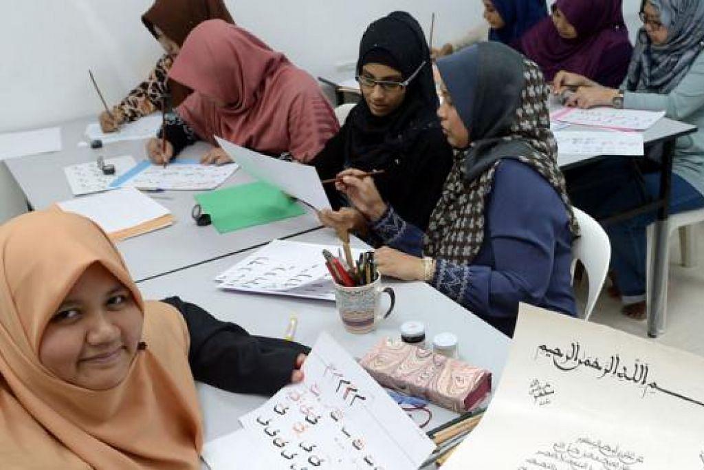 KONGSI ILMU KHAT: Ustazah Nur Fathiah (depan) kini menjadi guru khat bagi kursus untuk wanita di pusat pendidikan My Islamic Journey (MIJ) Education Hub. - Foto-foto TAUFIK A. KADER