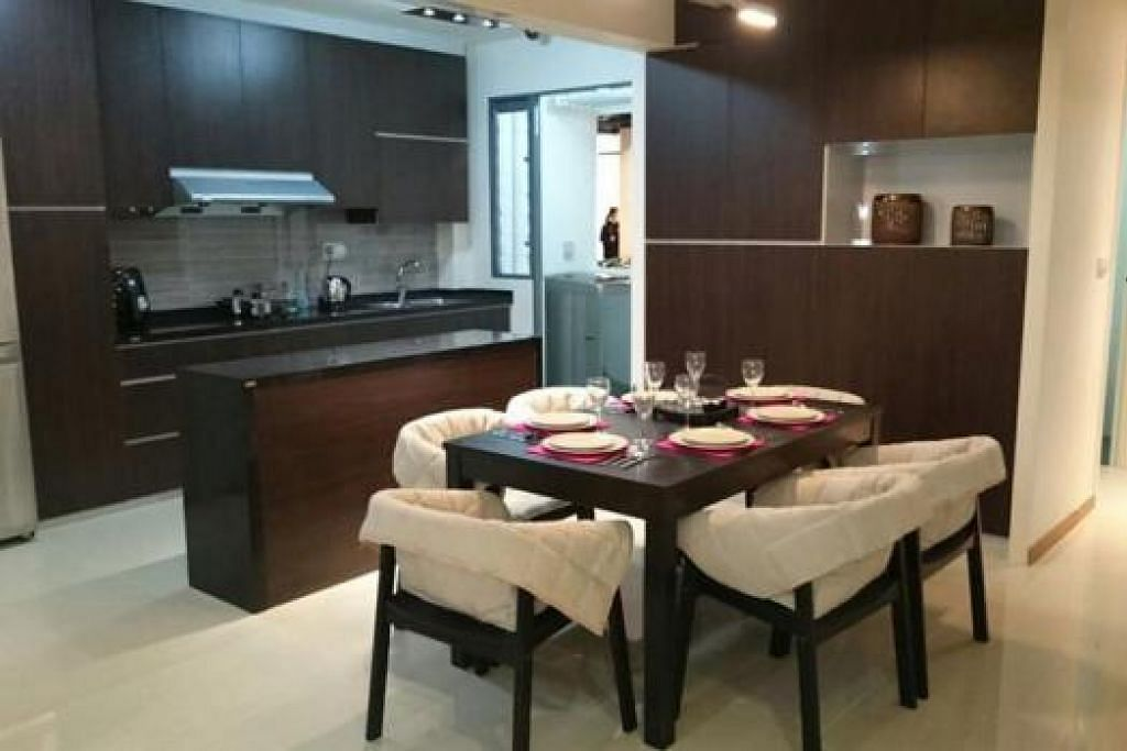 KONSEP TERBUKA DAPUR DAN RUANG MAKAN: KONSEP TERBUKA: Tiada dinding memisahkan dapur dan  ruang makan dalam konsep dapur terbuka yang dipaparkan dalam bilik pameran HDB yang berwajah baru. - Foto HDB