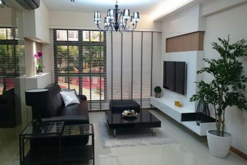 RUANG TAMU LUAS DAN SELESA: IDEA RENOVASI: HDB berganding bahu dengan pereka dalaman untuk menghasilkan reka bentuk ruang tamu untuk flat HDB lima bilik ini. - Foto HDB