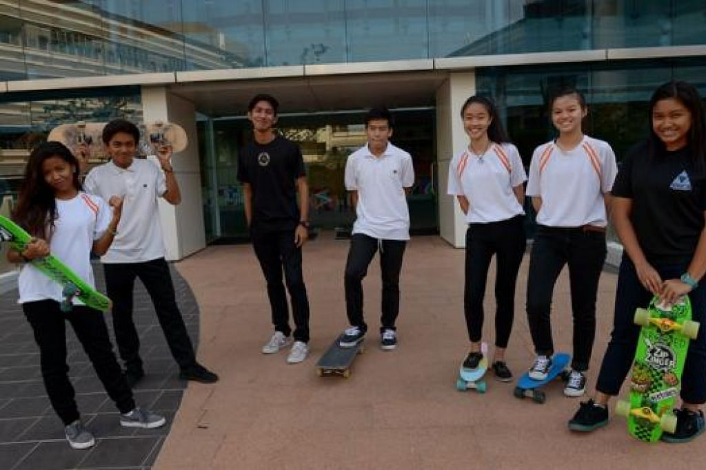 KELAB PAPAN LUNGSUR: Inilah antara anggota kelab sukan papan lungsur, Trica, yang kini mempunyai melebihi 50 anggota. (Dari kiri) Nur Azyan Azman, 17 tahun; Hafizan Muhammad Eusoof, 17 tahun; Muhammad Hazrin Hisham, 19 tahun; Cyrus Tan, 17 tahun; Eunice Tan Wei Li, 17 tahun; Poon Min Wei, 17 tahun; dan Hafizah Jafferi, 18 tahun. - Foto TUKIMAN WARJI